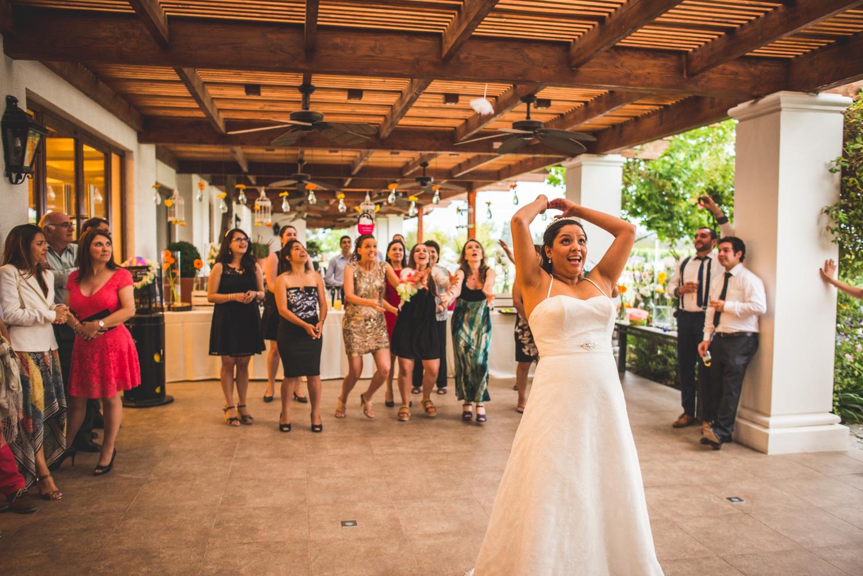 matrimonio-viña casas del bosque-matrimonio casablanca-fotógrafo documental de matrimonios-matrimonio viña-fiesta-ramo novia