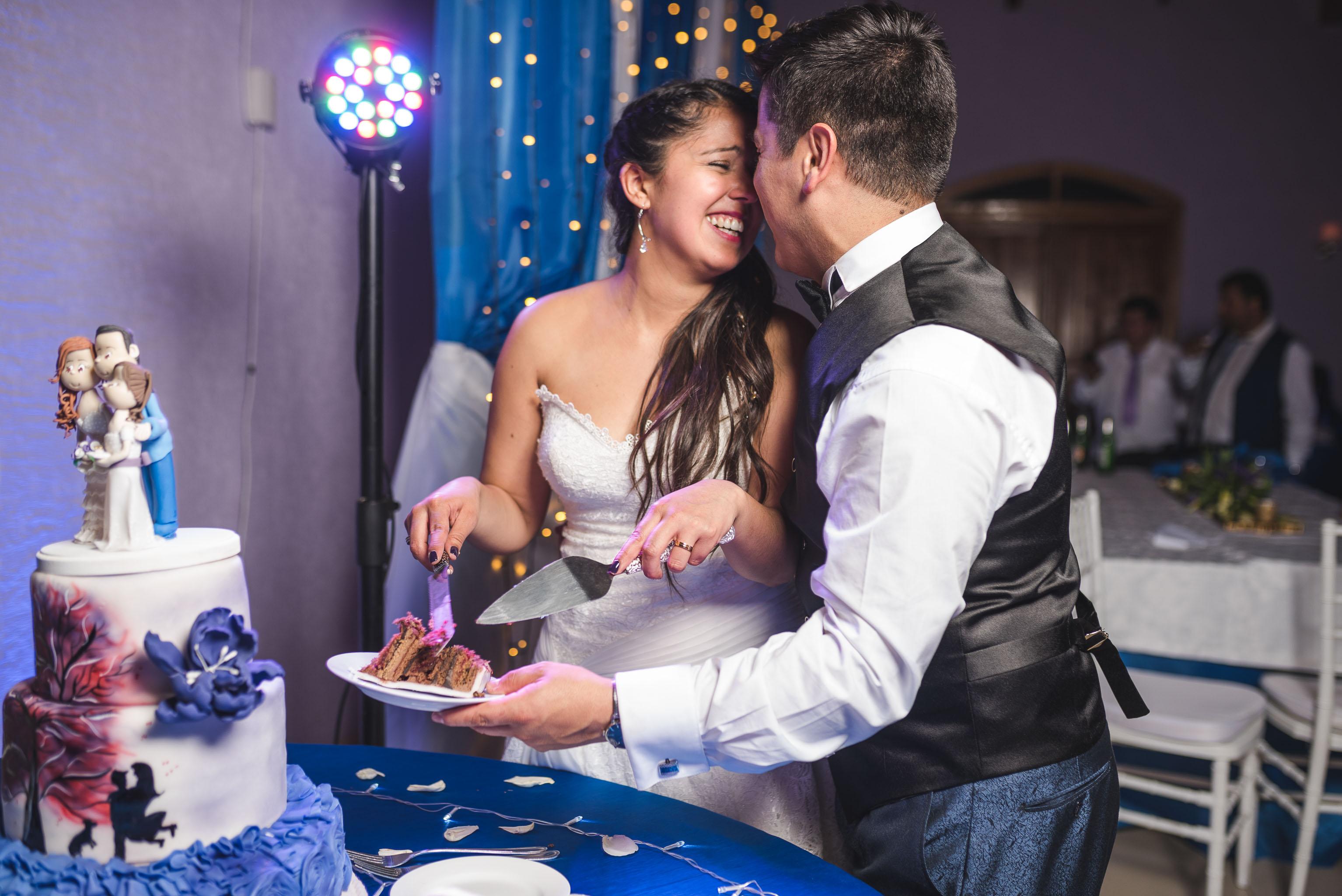 Matrimonio-centro de eventos-oliveto-santiago-fotógrafo de matrimonios-fiesta-torta novios