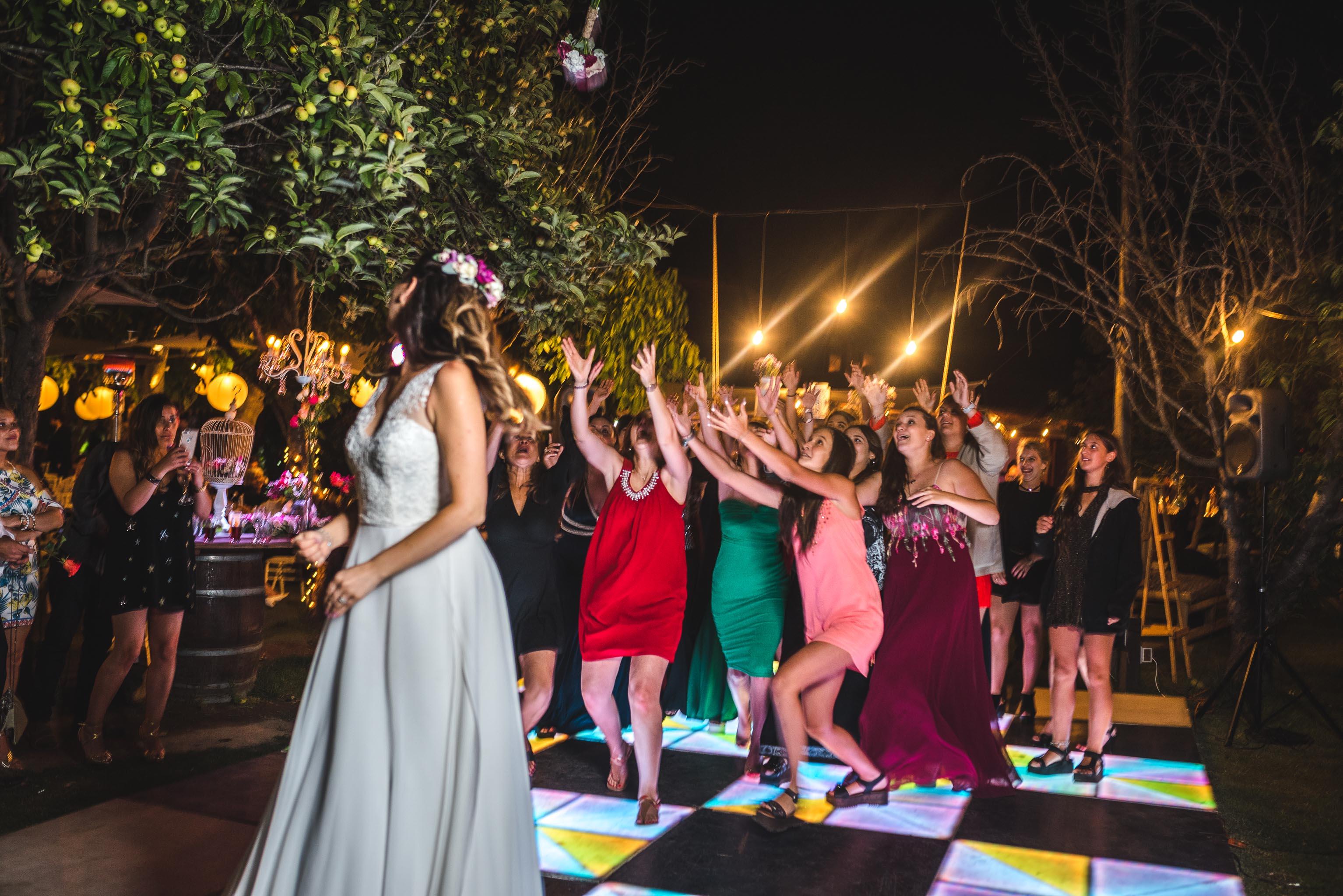 fotografo documental de matrimonios-fotografo matrimonio santiago-fiesta-lanzamiento ramo